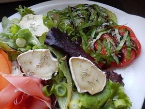 Salade_sucr_e_sal_e__color_e_et_pleine_de_saveurs_gros_plan_salade