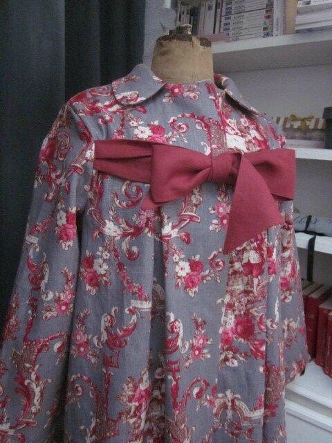 Manteau AGLAE en lin gris imprimé toile de Jouy Pastorale rouge (5)