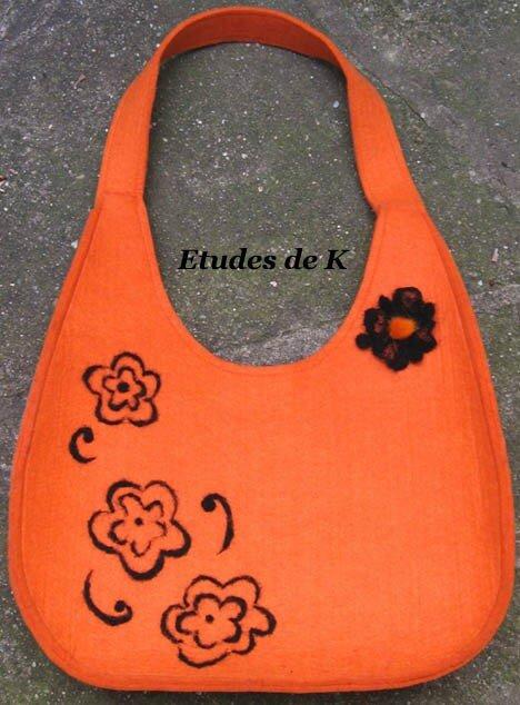 Sac orange et noir (décor en laine cardée)