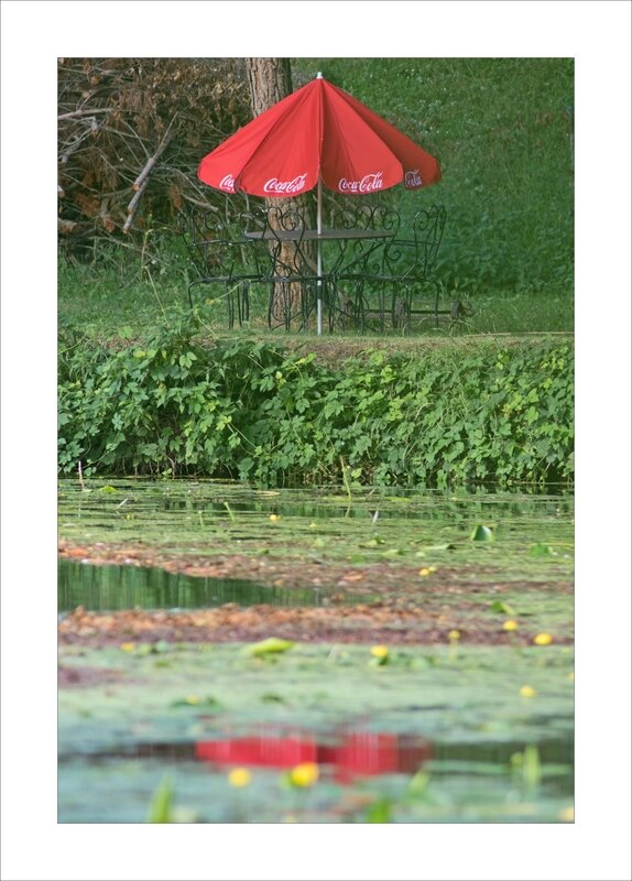 salon de jardin parasol rouge Coca reflet eau 230717