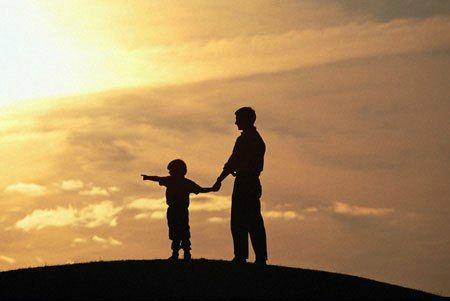 enfant et son père au soleil