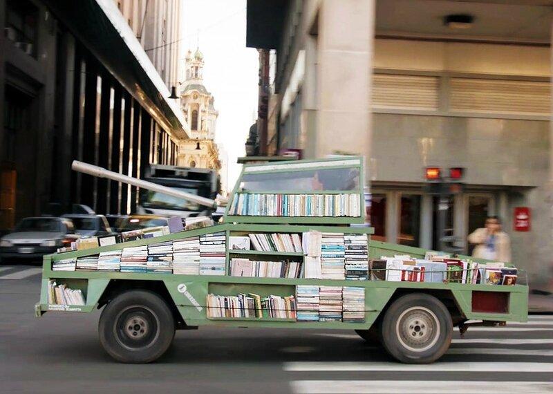 Un artiste argentin crée un tank-bibliothèque