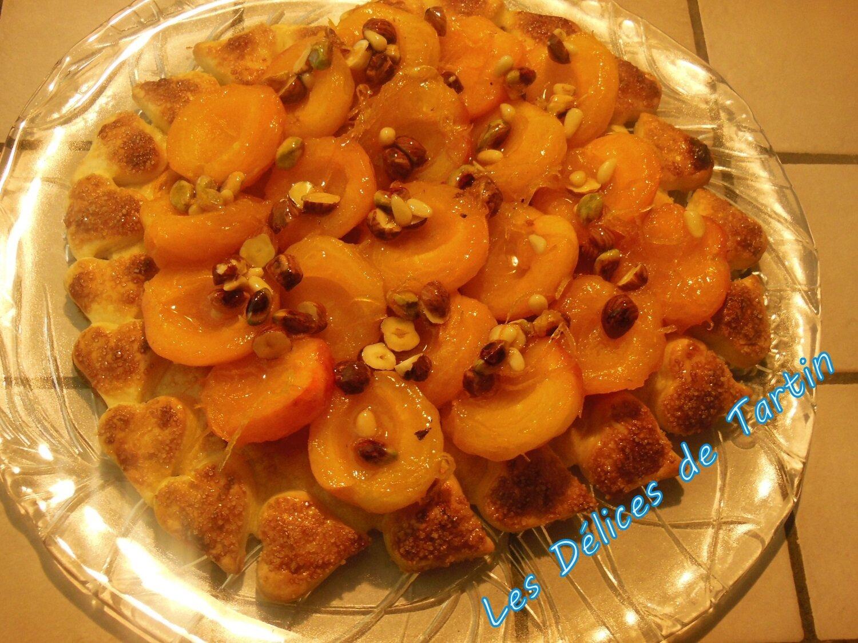 Tarte Tatin aux abricots, au miel, zestes d'agrumes et fruits secs, glace vanille juste turbinée