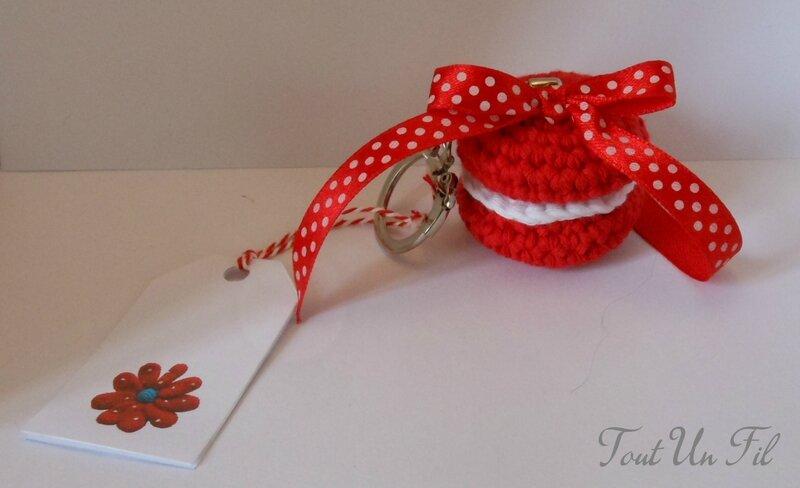 Porte-clé macaron crochet rouge et noeud pois - Tout Un Fil
