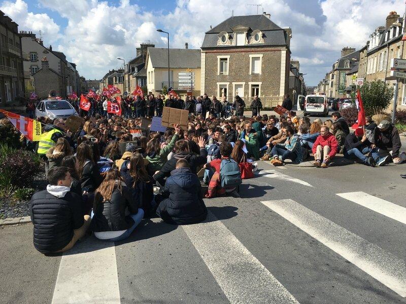 manifestation loi travail Avranches 31 mars 2016 lycéen défilé cortège Bd Foch place Patton sitting
