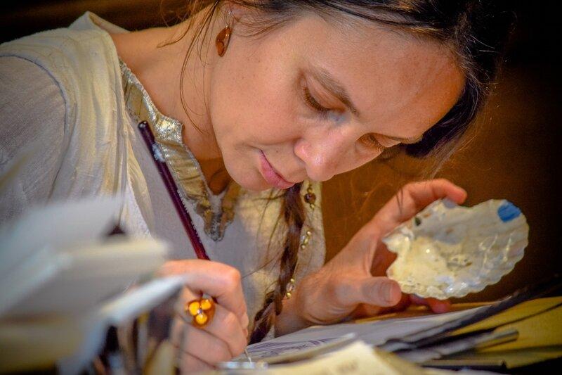 Scribe et outils de l'illuminateur au Moyen Age coquilles d'huître, de moules, de Saint-Jacques Cité Médiévale Puy du Fou