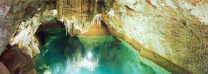 Lac-de-minuit-Grotte-TRABUC-Gard-France-1404x500