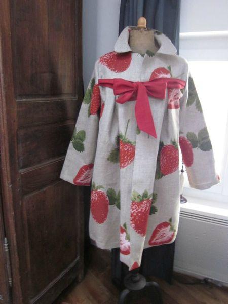 Manteau AGLAE en lin naturel imprimé de grosses fraises rouge - noué sur le devant d'un lien de lin rouge (2)