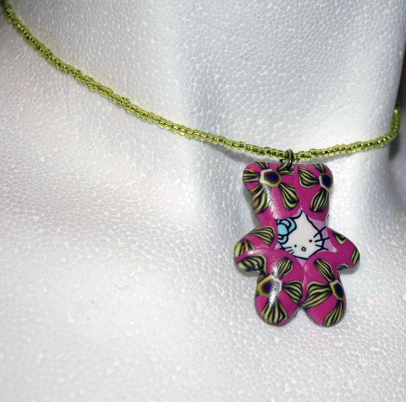 Hello_Kitty_bear_Collier_en_pâte_fimo_et_rocailles
