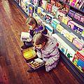 Maman, tu nous achètes un livre?