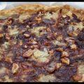 Plein de bonnes choses pour un départ: un pique-nique - tarte aux oignons rouges et gorgonzola, scones au cheddar et au parmesan