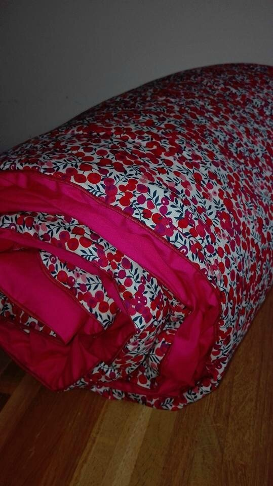 Plaid JULIE en Liberty Whiltshire rouge et fushia, dos coton fushia et passepoil rouge