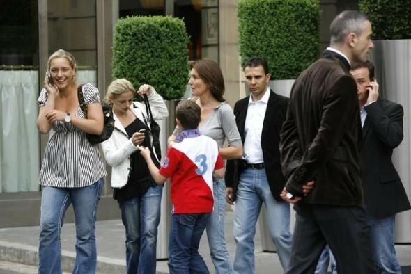 Cécilia Sarkozy, accompagnée de ses filles et de son fils Louis, à la sortie du Fouquet's, le 7 mai 2007 au matin