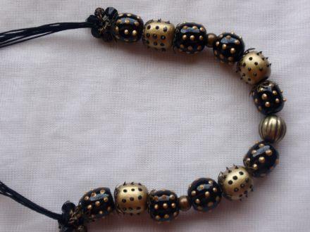 Collier hérisson doré et noir en bois peint et décoré à la main