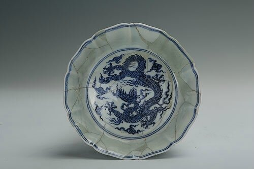 Blue-and-white washer with flower-shaped rim and the design of dragons, Xuande period (1426-1435)