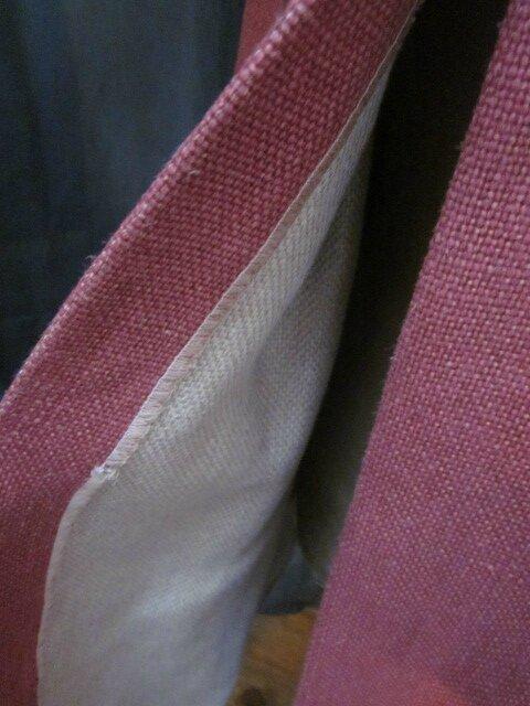 Manteau AGLAE en lin épais groseille fermé par 3 pattes de boutonnage en lin brut et des boutons de nacres (6)