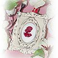 Cadre Patiné Baroque et médaillon brodé silouhette 7