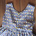 Robe OCTAVIE en coton gris imprimé oiseaux - noeud et boutons recouverts en coton jaune (12)