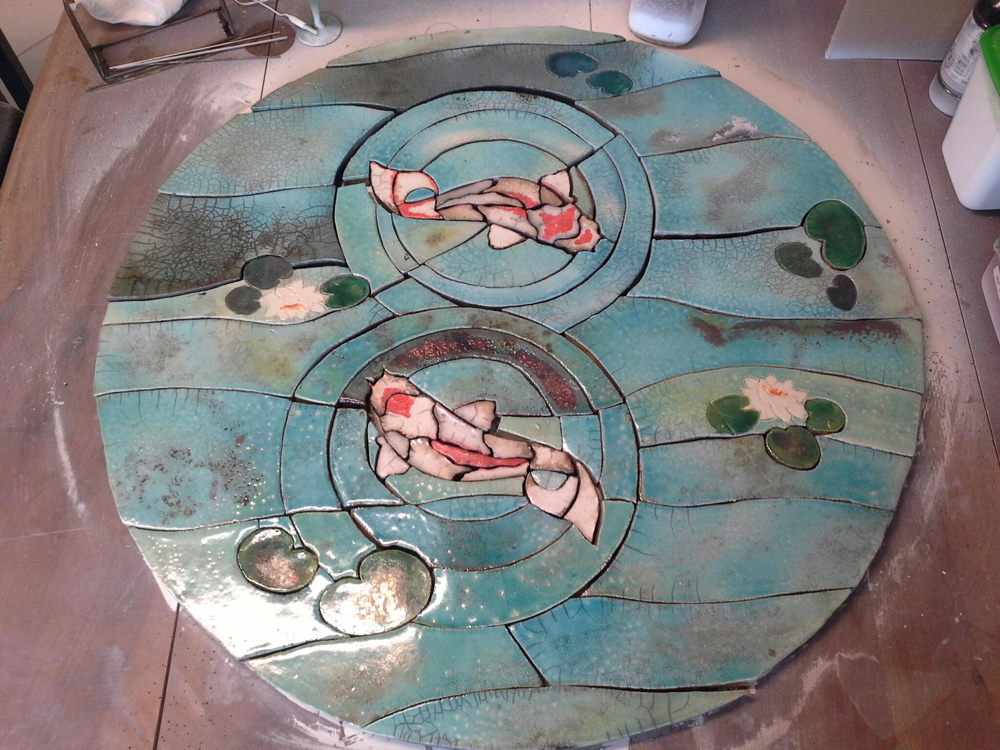 Table ronde en raku: les carpes Koï