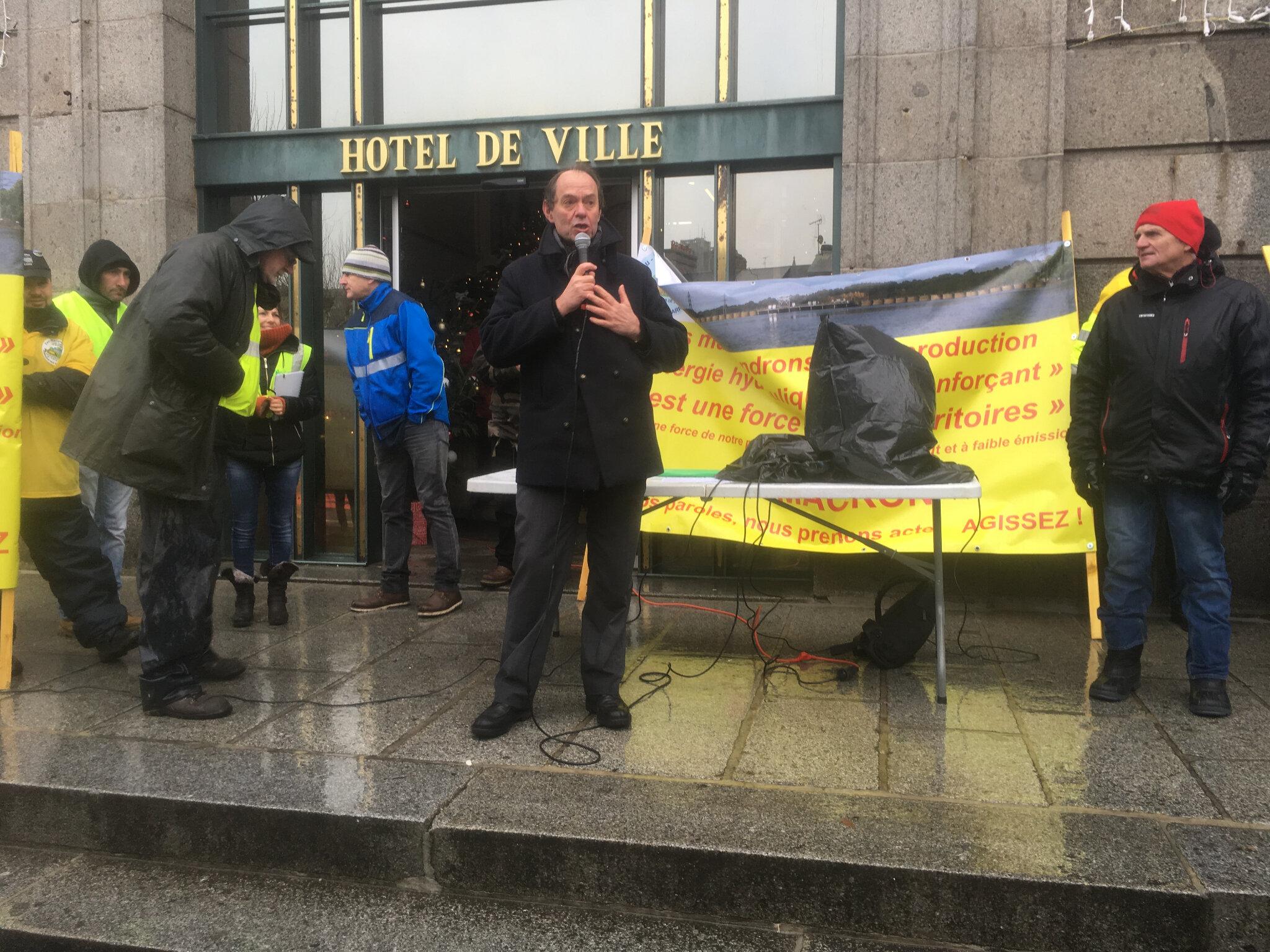 défenseurs des barrages sur la Sélune et gilets jaunes réunis à Avranches samedi 15 décembre 2018