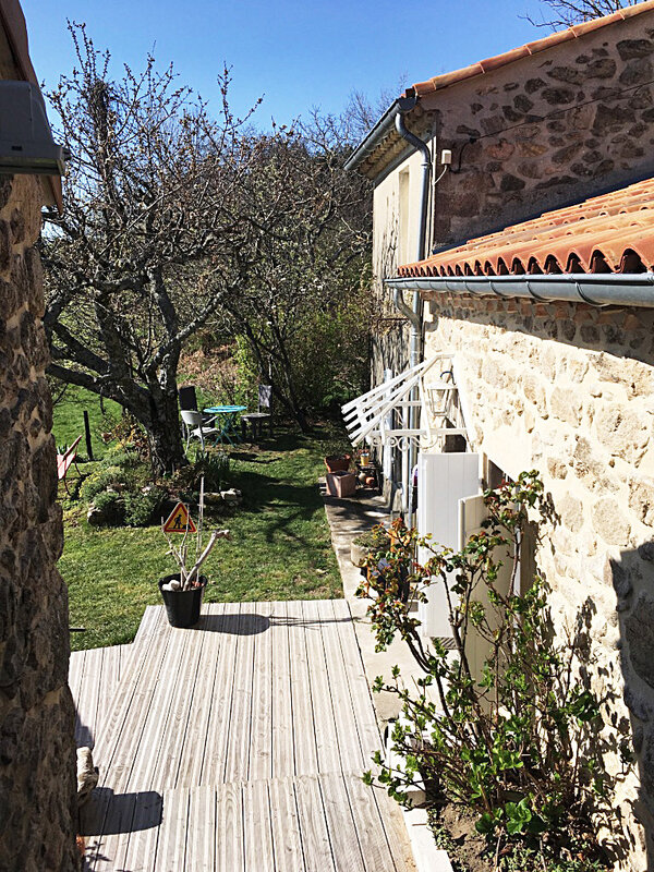 ardeche-maison-fleurs-tulipes-printemps-soleil-ma-rue-bric-a-brac