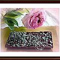 Une plaque de chocolat noir, lemon curd, éclats de verveine