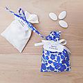 Ballotin à dragées liberty betsy bleu lavande - ruban blanc - mariage & baptême - étiquette papier personnalisée