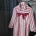 manteau d'été en lin rayé rouge et écru noué d'un lien de lin rouge (2)