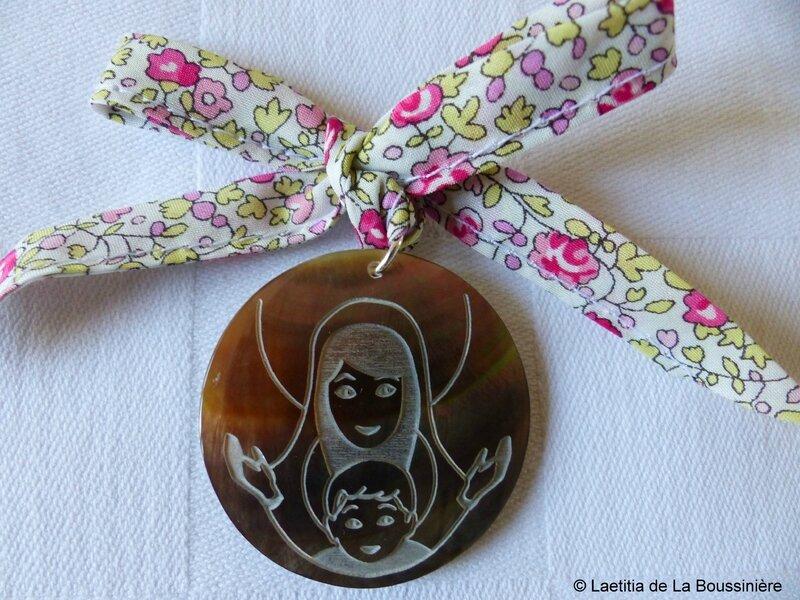 Médaillon de Vierge à l'Enfant en nacre sur ruban Eloïse rose