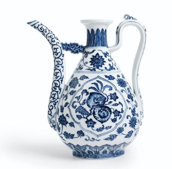 A fine Ming-style blue and white ewer, Seal mark and period of Qianlong (1736-1795)