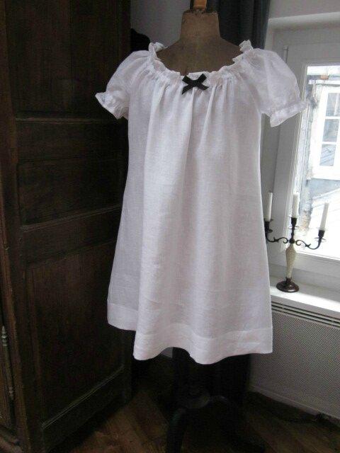 Robe ALBANE en lin blanc réhaussé d'un petit noeud noir - élastique encolure posé à 4 cm du bord (2)