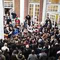 Les enfants et les anciens chantent ensemble La Marseillaise (I