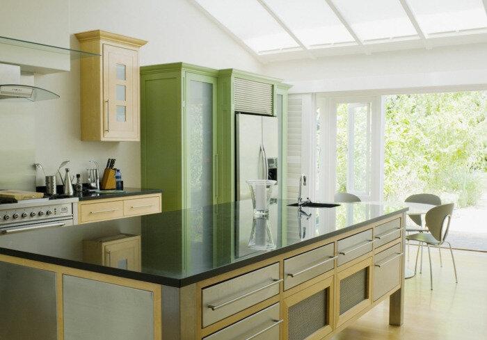comment-moderniser-une-cuisine-en-chene-en-jaune-et-vert-reseda-ilot-de-cuisine-avec-plan-de-travail-lisse-en-noir