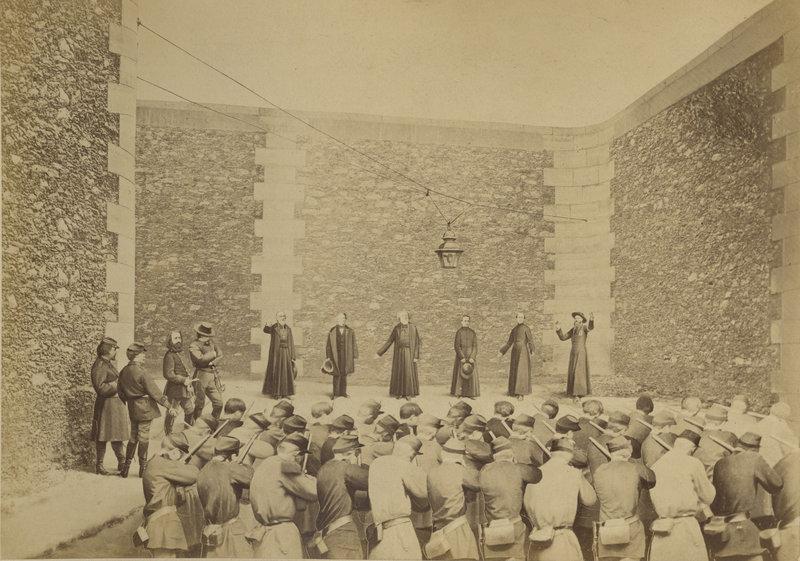 Ernest_Eugène_Appert,_Exécution_des_otages,_prison_de_la_Roquette,_le_24_mai_1871