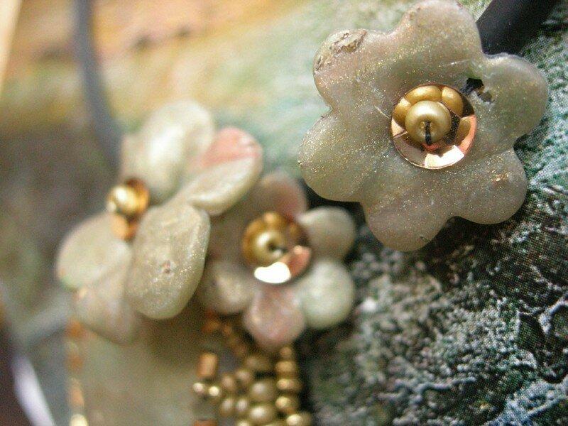 Du tissage de perles pour mettre en valeur quelques fleurs en fimo (vue 2 du collier)