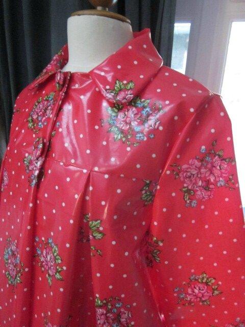 Ciré AGLAE en coton enduit rouge à pois blancs et bouquets fleuris fermé par 2 pressions dissimulés sous 2 boutons recouverts dans le mm tissu (5)