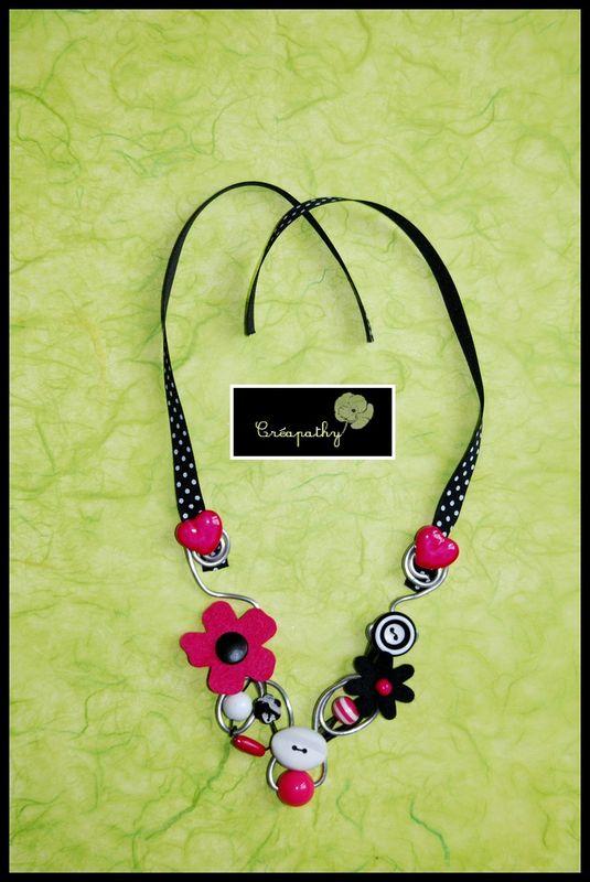 collier rose fond vert