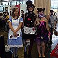 Alice, le chapelier fou et le chat du Cheshire dans un mode très féminin