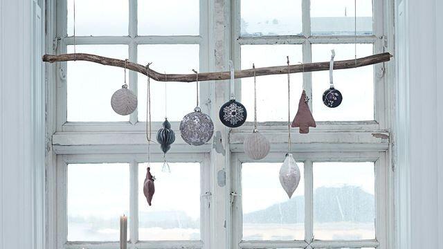 suspension-de-noel-realisee-avec-une-branche-et-des-decorations_6112018