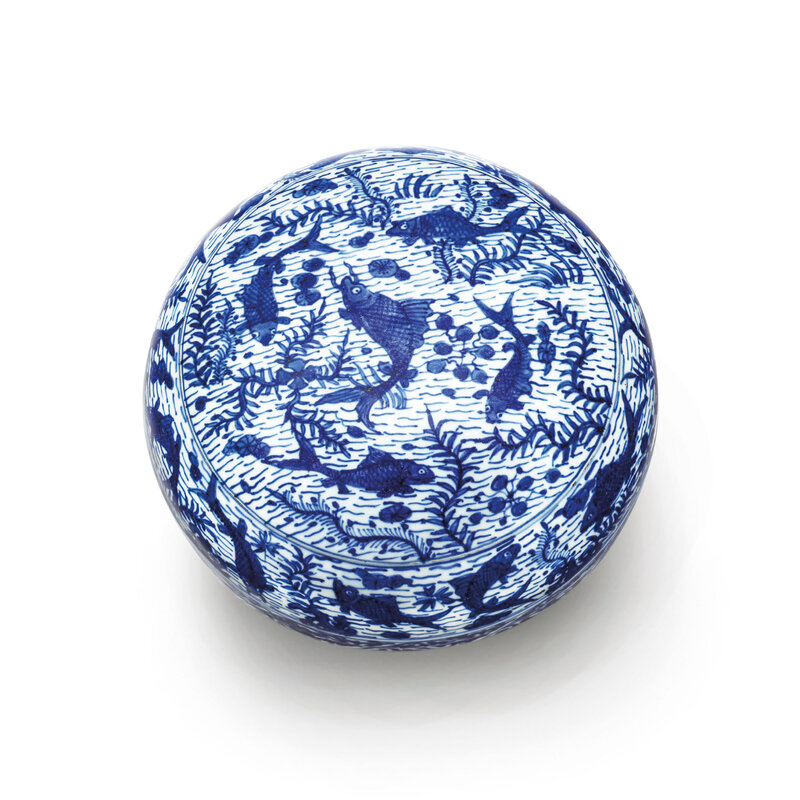 A blue and white 'fish' circular box and cover, Wanli six-character mark within a double circle and of the period (1573-1619)