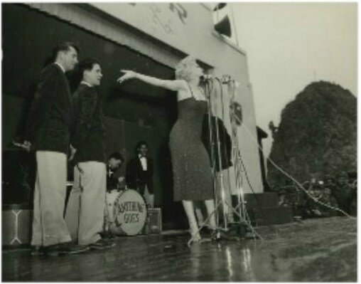 1954-02-17-korea-grenadier_palace-stage-023-2