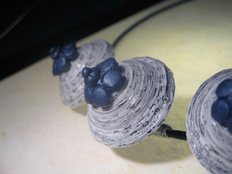 Collier court Soucoupes en Papier et Fleurettes Bleues (Détail)
