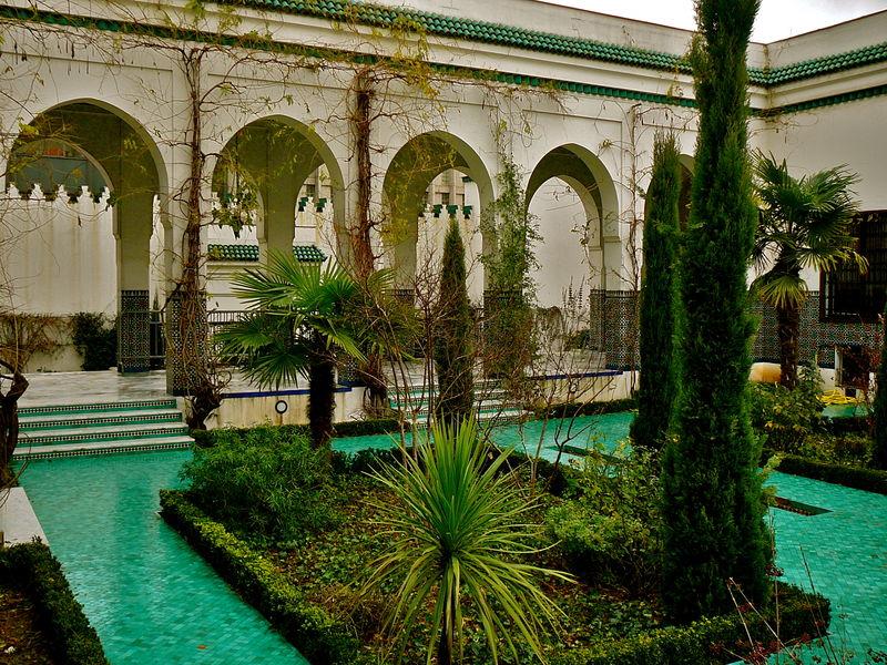 Dans l'enceinte de la Grande Mosquée de Paris.
