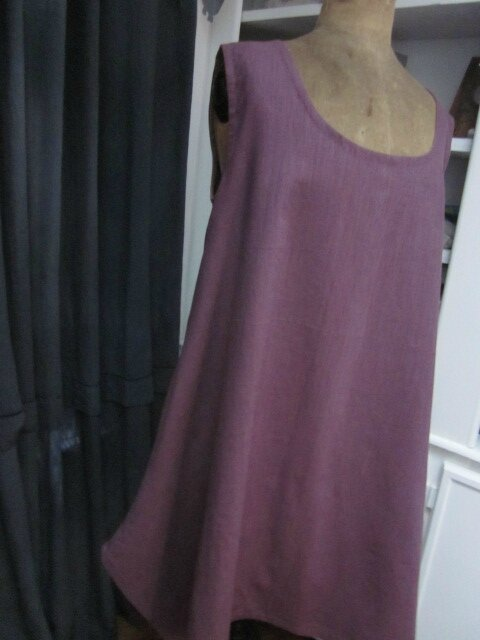 Robe EUPHRASIE en lin prune - un poche dans couture de côtés droits (3)
