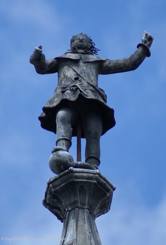 JC statue toit