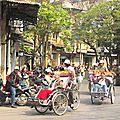 HANOI - défilé de cyclopousses (groupe de touristes)