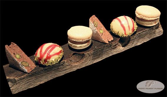 MIGNARDISES_disposees_sur_un_support_a_huitres_en_paletuvier_Passion_chocolat_Cremeux_chocolat_pistache_Dome_pistache_coulis_de_griotte