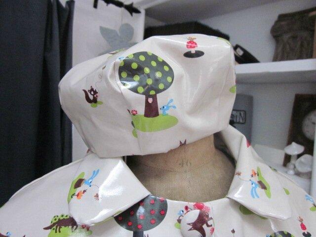 Chapeau de pluie en coton enduit vert très clair imprimé Le Petit Chaperon Rouge (3)