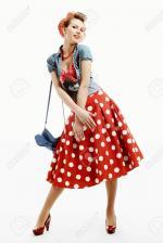 32435398-pin-up-jeune-femme-dans-le-style-américain-vintage-avec-un-embrayage