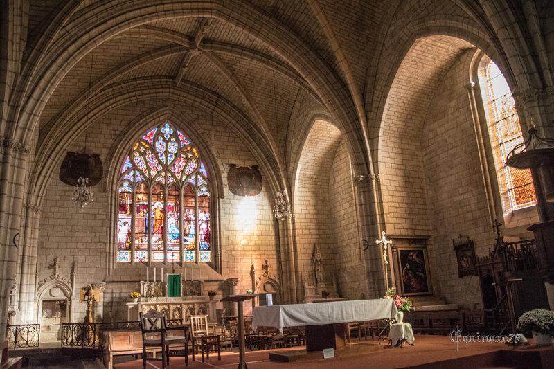 Le 16 août 1158 Henri II roi d'Angleterre rasa les murailles et le château de Thouars, l'église Saint-Médard fut brûlée (3)